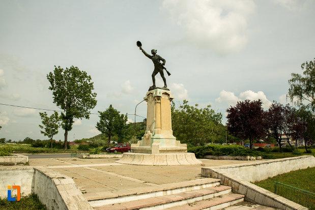 platou-cu-statuia-ecaterina-teodoroiu-din-slatina-judetul-olt.jpg