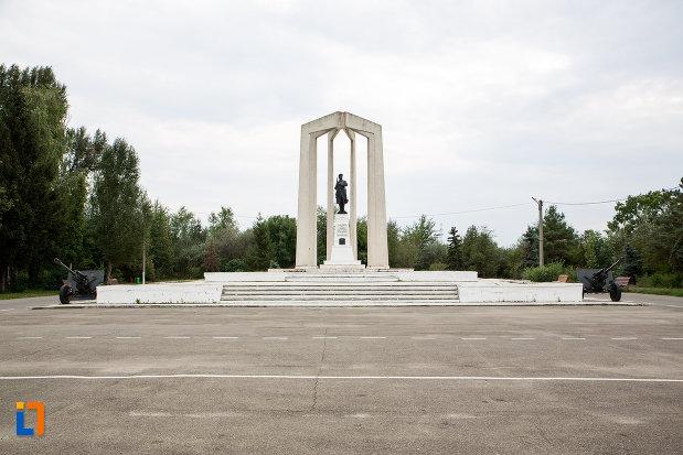 platoul-cu-monumentul-eroilor-din-slobozia-judetul-ialomita.jpg