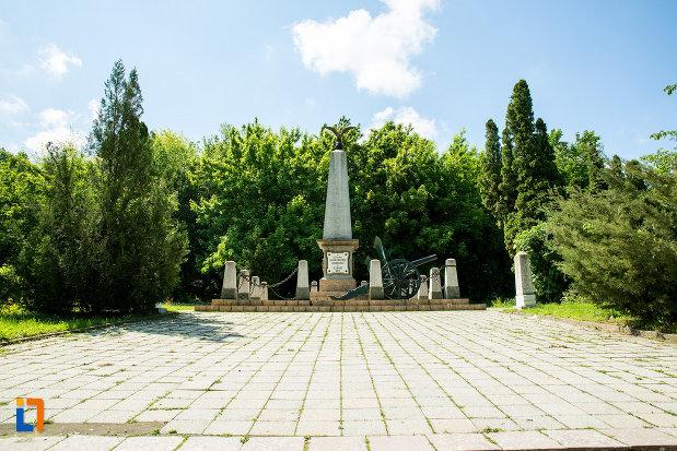 platoul-cu-monumentul-in-amintirea-bombardarii-widinului-din-calafat-judetul-dolj.jpg