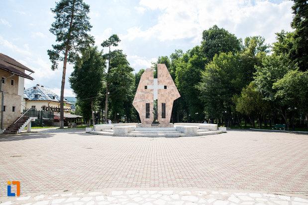 platoul-cu-monumentul-ostasilor-cazuti-din-pucioasa-judetul-dambovita.jpg