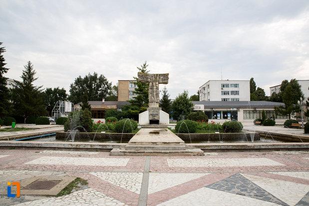 platoul-cu-monumentul-revolutiei-din-decembrie-1989-din-slobozia-judetul-ialomita.jpg