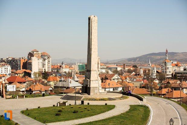 platoul-cu-obeliscul-lui-horea-closca-si-crisan-din-alba-iulia-judetul-alba.jpg
