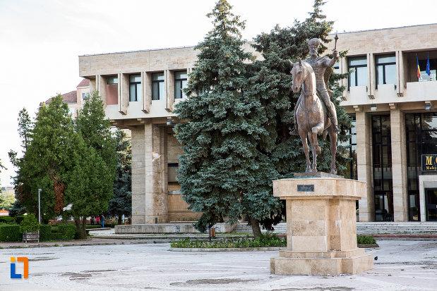 platoul-cu-statuia-lui-mihai-viteazul-din-targoviste-judetul-dambovita.jpg