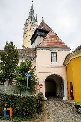 poarta-de-cetate-veche-in-drum-spre-turnul-clopotelor-din-medias-judetul-sibiu.jpg