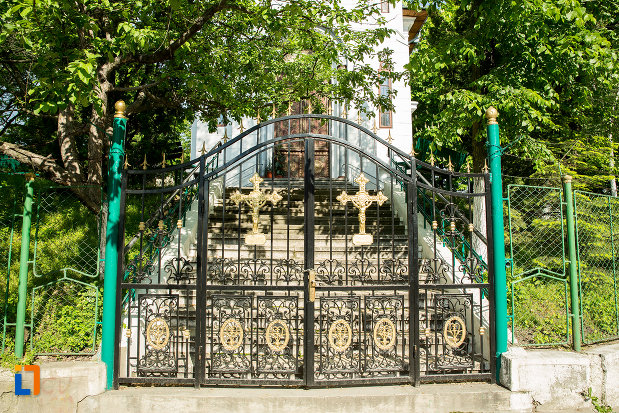 poarta-de-fier-de-la-biserica-sf-gheorghe-din-slatina-judetul-olt.jpg