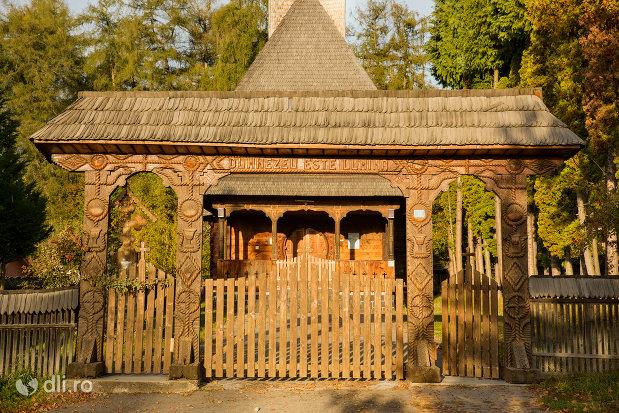 poarta-de-intrare-in-biserica-de-lemn-din-ocna-sugatag-judetul-maramures.jpg
