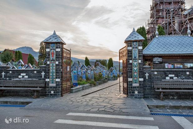 poarta-de-intrare-in-cimitirul-vesel-din-sapanta-judetul-maramures.jpg