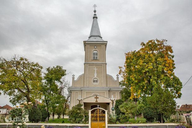 poarta-de-intrare-in-curte-la-biserica-sf-arhangheli-mihail-si-gavril-din-amati-judetul-satu-mare.jpg