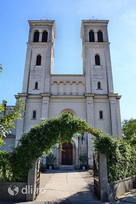 poarta-de-intrare-in-manastirea-franciscana-sf-anton-din-capleni-judetul-satu-mare.jpg