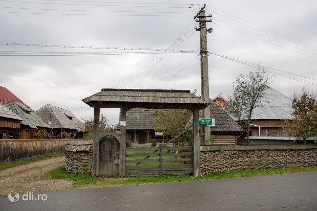 poarta-de-intrare-in-muzeul-etnografic-ples-din-ieud-judetul-maramures.jpg