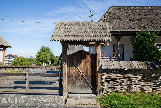 poarta-de-intrare-in-muzeul-satului-osenesc-din-negresti-oas-judetul-satu-mare.jpg