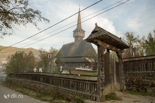 poarta-de-intrare-la-biserica-de-lemn-st-nicolae-susani-din-budesti-judetul-maramures.jpg