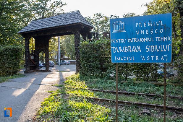 poarta-de-intrare-la-muzeul-civilizatiei-populare-traditionale-astra-din-sibiu-judetul-sibiu.jpg