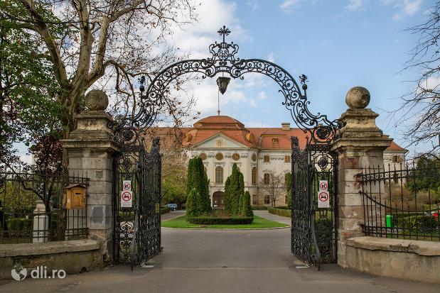 poarta-de-intrare-palatul-episcopal-romano-catolic-azi-muzeul-tarii-crisurilor-din-oradea-judetul-bihor.jpg