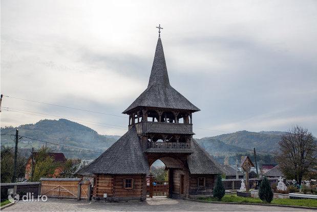 poarta-de-intrare-spre-biserica-noua-de-lemn-din-rozavlea-judetul-maramures.jpg