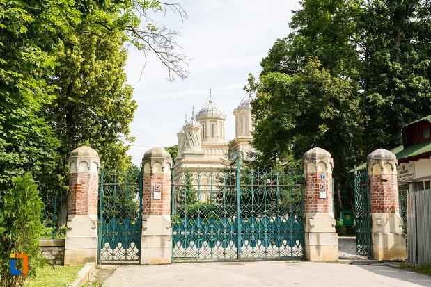 poarta-de-la-biserica-episcopala-manastirea-curtea-de-arges-judetul-arges.jpg
