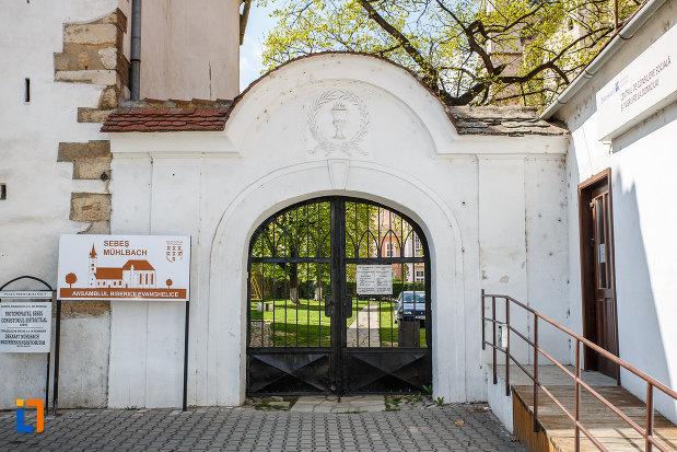 poarta-de-la-biserica-evanghelica-din-sebes-judetul-alba.jpg