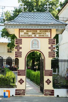 poarta-de-la-biserica-nasterea-maicii-domnului-din-ramnicu-sarat-judetul-buzau.jpg