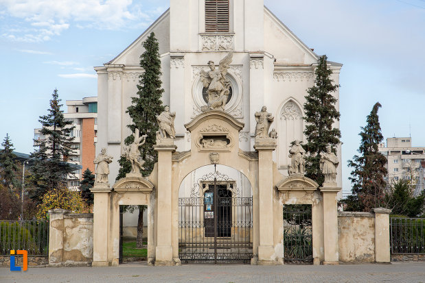 poarta-de-la-biserica-romano-catolica-sf-pertu-din-cluj-napoca-judetul-cluj.jpg
