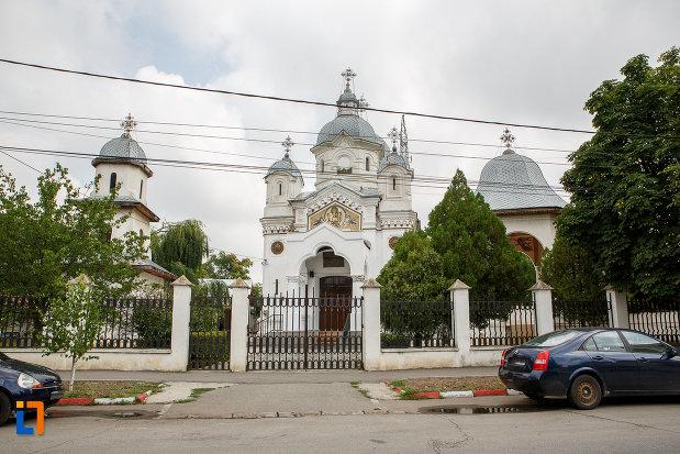 poarta-de-la-biserica-sf-apostoli-petru-si-pavel-din-alexandria-judetul-teleorman.jpg