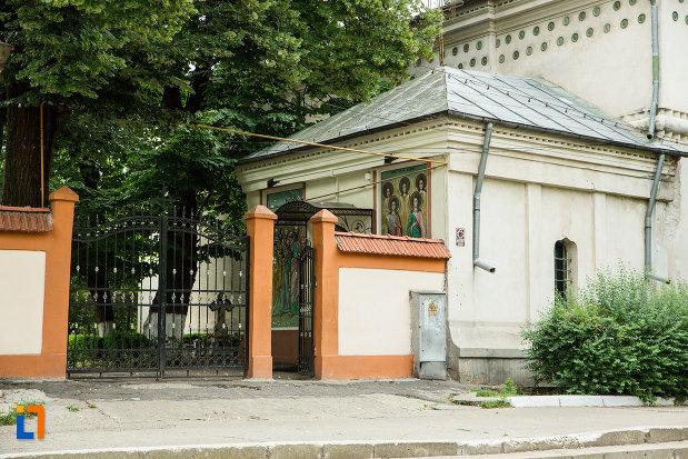 poarta-de-la-biserica-sf-arhangheli-mihail-si-gavril-din-galati-judetul-galati.jpg
