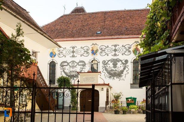 poarta-de-la-biserica-sf-treime-din-brasov-judetul-brasov.jpg