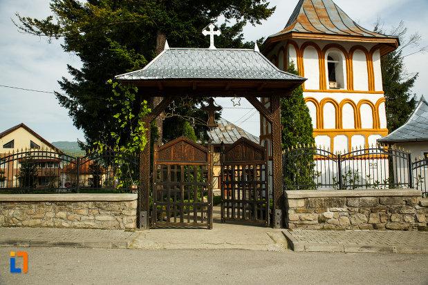 poarta-de-la-biserica-sf-voievozi-biserica-din-deal-din-calimanesti-judetul-valcea.jpg