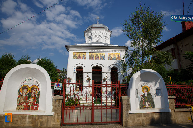 poarta-de-la-biserica-sf-voievozi-cu-hramurile-sf-arhangheli-mihail-si-gavril-sf-antonie-cel-mare-din-ploiesti-judetul-prahova.jpg
