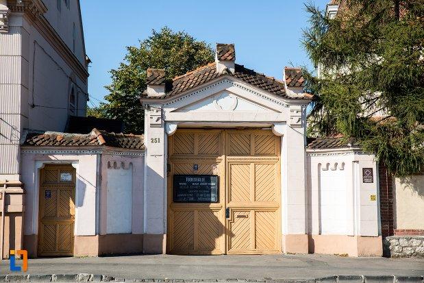 poarta-de-la-biserica-sfantul-bartolomeu-din-brasov-judetul-brasov.jpg