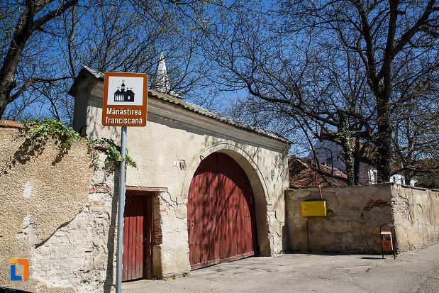 poarta-de-la-biserica-si-manastirea-franciscana-din-orastie-judetul-hunedoara.jpg