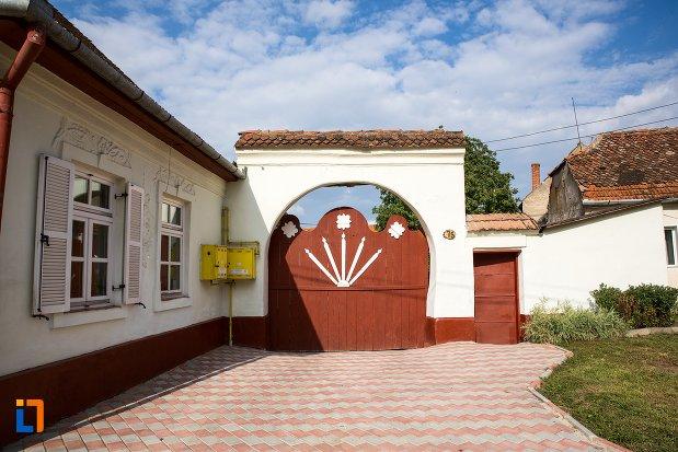 poarta-de-la-casa-din-str-pietei-nr-75-din-ghimbav-judetul-brasov.jpg