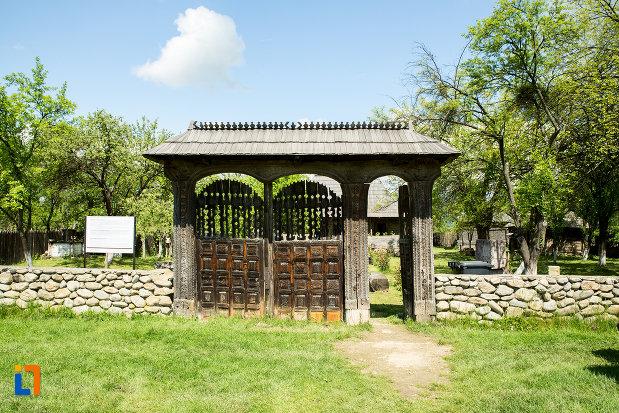 poarta-de-la-casa-memoriala-constantin-brancusi-din-hobita-judetul-gorj.jpg