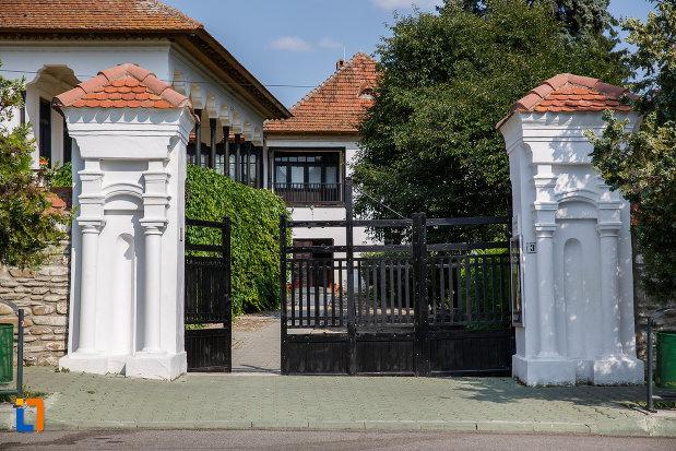 poarta-de-la-casa-memoriala-nicolae-iorga-din-valenii-de-munte-judetul-prahova.jpg