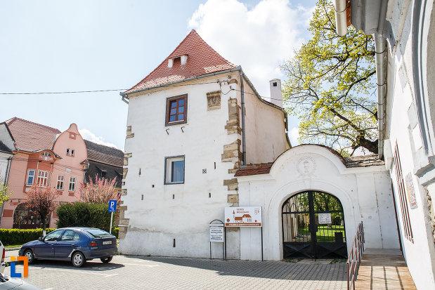 poarta-de-la-casa-parohiala-evanghelica-vechea-capela-sf-iacob-din-sebes-judetul-alba.jpg