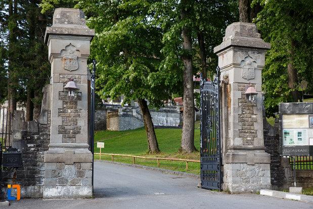 poarta-de-la-castelul-cantacuzino-din-busteni-judetul-prahova.jpg