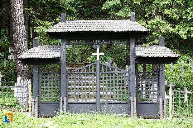 poarta-de-la-cimitirul-eroilor-din-azuga-judetul-prahova.jpg