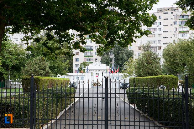 poarta-de-la-cimitirul-eroilor-din-slobozia-judetul-ialomita.jpg