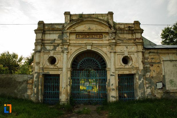 poarta-de-la-cimitirul-evreilor-din-focsani-judetul-vrancea.jpg