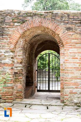poarta-de-la-complexul-monumental-curtea-domneasca-din-targoviste-judetul-dambovita.jpg