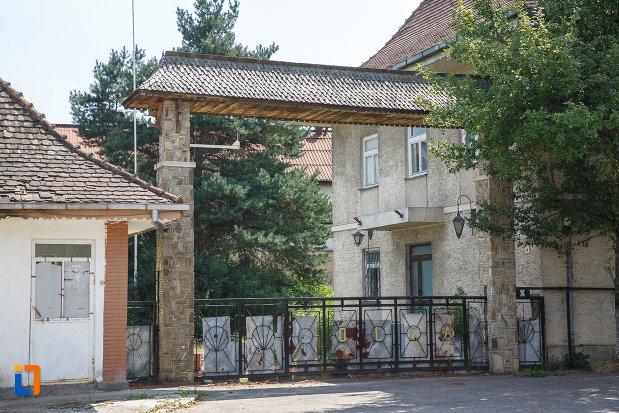 poarta-de-la-fabrica-de-bere-1810-din-solca-judetul-suceava.jpg