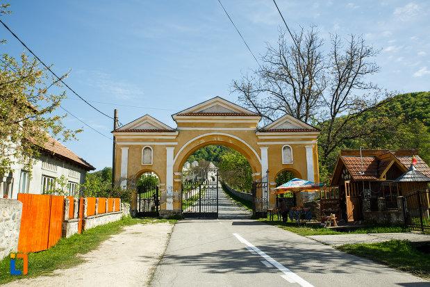 poarta-de-la-manastirea-hurezi-din-horezu-judetul-valcea.jpg