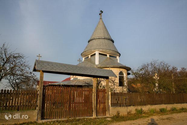 poarta-de-la-manastirea-izbuc-din-valea-lui-mihai-judetul-bihor.jpg