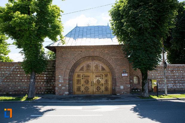 poarta-de-la-manastirea-stelea-din-targoviste-judetul-dambovita.jpg