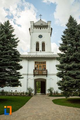 poarta-de-la-manastirea-tismana-judetul-gorj-vazuta-din-curte.jpg