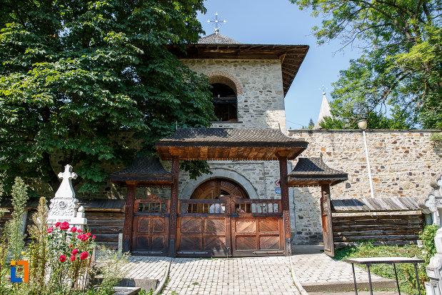 poarta-de-la-manastirea-voronet-judetul-suceava.jpg