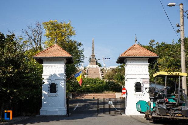 poarta-de-la-monumentul-independentei-1899-din-tulcea-judetul-tulcea.jpg