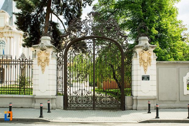 poarta-de-la-muzeul-de-arta-din-craiova-judetul-dolj.jpg