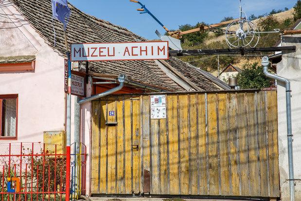 poarta-de-la-muzeul-etnografic-achim-aurel-din-ocna-sibiului-judetul-sibiu.jpg