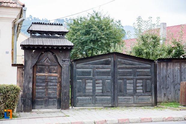 poarta-de-la-muzeul-etnografic-sacele-judetul-brasov.jpg