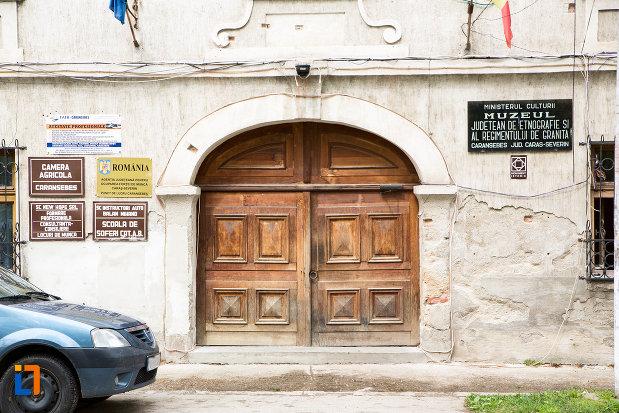 poarta-de-la-muzeul-judetean-de-etnografie-si-regimentului-de-granita-din-caransebes-judetul-caras-severin.jpg